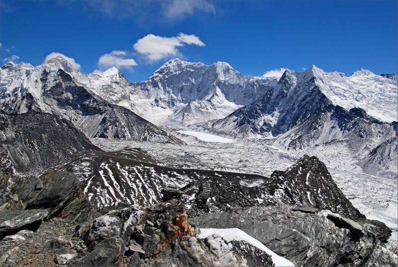 48. Vy från Chhukung Ri. Svarta pyramiden till vänster är början på Island Peak. Stora berget bakom med moln över är Makalu 8463 meter.