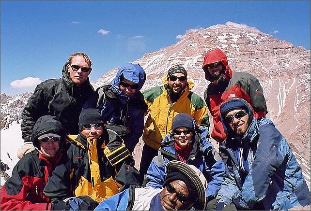 Gruppen på Bonete 5004 meter. Aconcagua i bakgrunden. Övre från vänster: Jag, Marika, Pablo, Romeo. Nedre: Frederic, Heiko, Nanda, Pablo. Liggande: Jose.