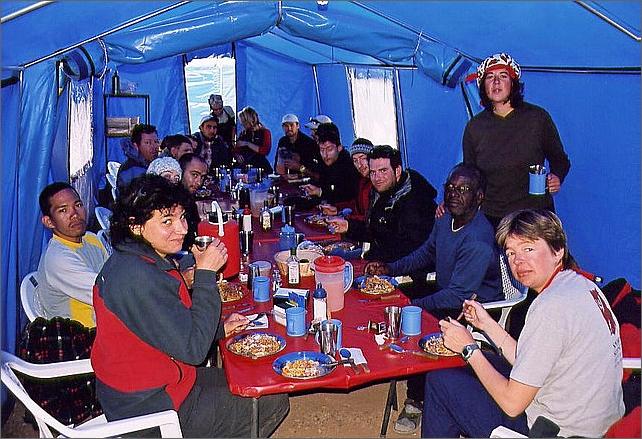 Lunch i mässtältet. Första raden från vänster: Romeo, Marika, Jose, stående är tjej från köket, Nanda. Bakom Jose sitter Vivian.