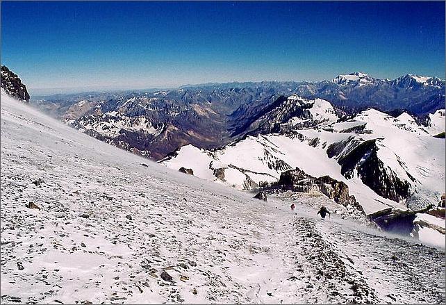 Vandrare på väg mot toppen i snöyra.