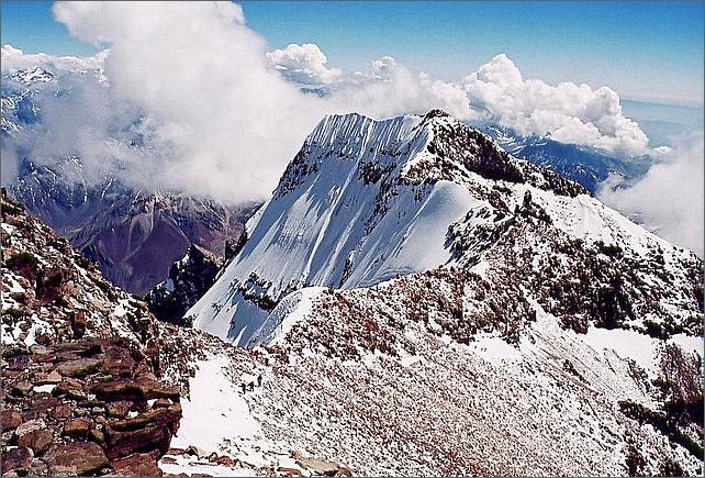 Vy från Aconcagua över Sydtoppen 6930 meter. Några bestigare är på väg upp och de syns nere till vänster i bilden.