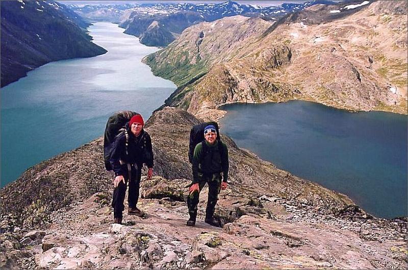 6. Jag och Magnus på Besseggen som är själva bergskammen. Till vänster sjön Gjende 979 meter och till höger Bessvatnet 1380 meter.