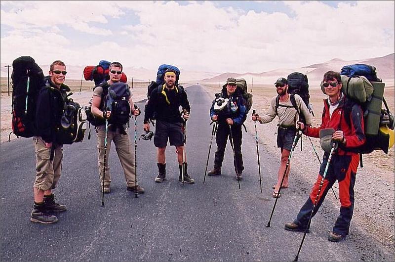 """3. Vi blev avsläppta längs Karakoram Highway i Subashi Valley och några kilometer från baslägret. Höjd 3750 meter. Fredrik, Michael, Tommy, Stefan, Janne och Lalle. Notera Jannes """"kängor""""."""