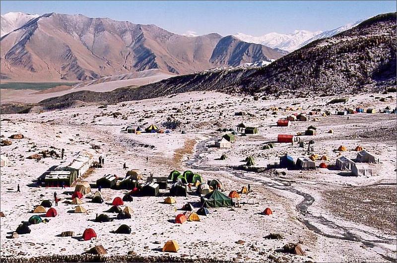 6. Muztagh Ata's basläger 4450 meter. Vårt läger lite till vänster om mitten av bilden. Cirkustältet.
