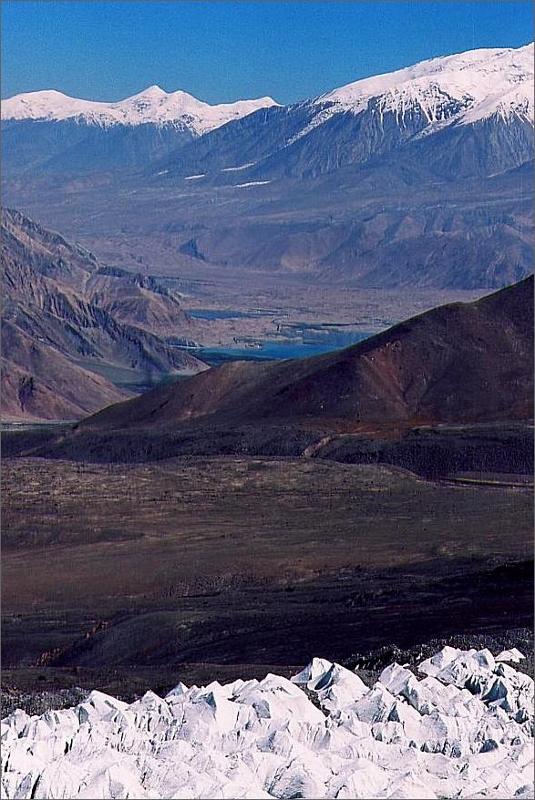 9. Vy över Karakol Lake från backen upp till camp 1.