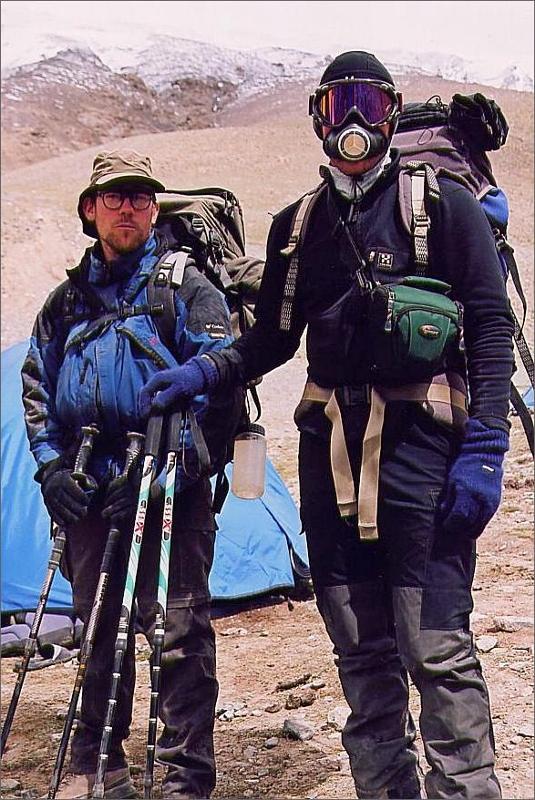 12. Stefan och jag ska flytta till camp 1. Dag 15. Jag testar en värmeväxlare för att andas varmluft på vägen upp.