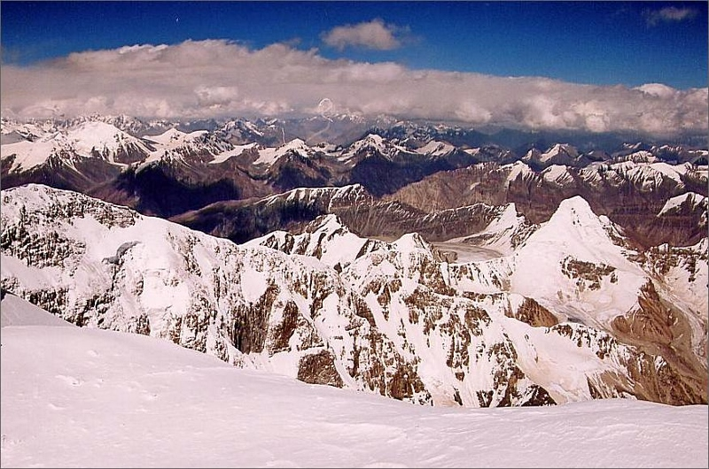 18. Vy över Kunlunbergen från toppen av Muztagh Ata.