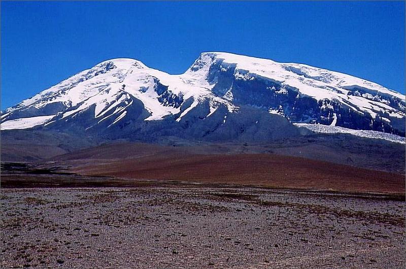 24. Muztagh Ata 7506 meter. Toppen är ungefär vid spetsen till höger om U-dalen/glaciären.