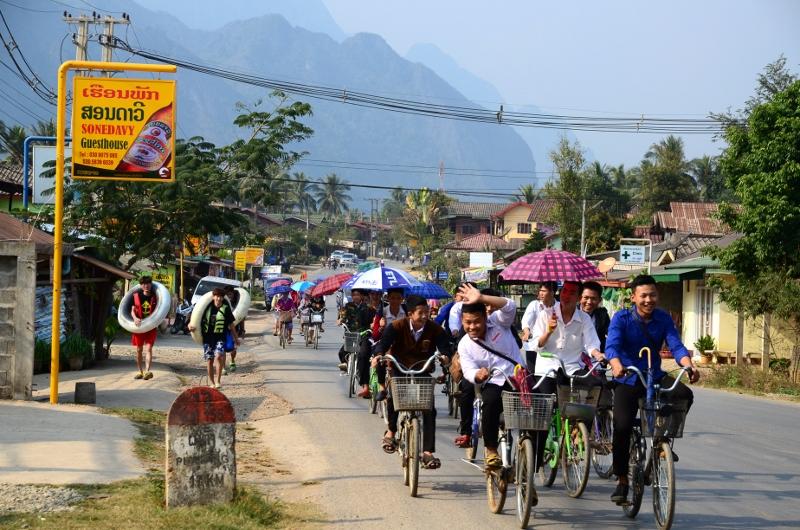 Elever på väg hem från skolan, Vang Vieng.