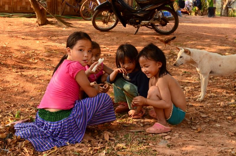 Barn utanför Vang Vieng.