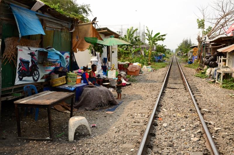I Thailand bor folk ofta precis intill järnvägen. Bilden är tagen 1 km från järnvägsstationen i Hua Hin.