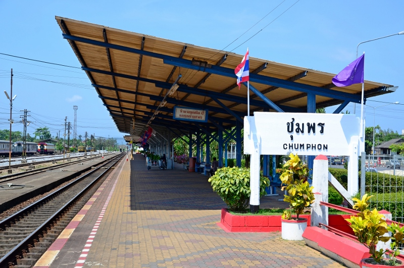 Väntar på tåget till Surat Thani i Chumphon.