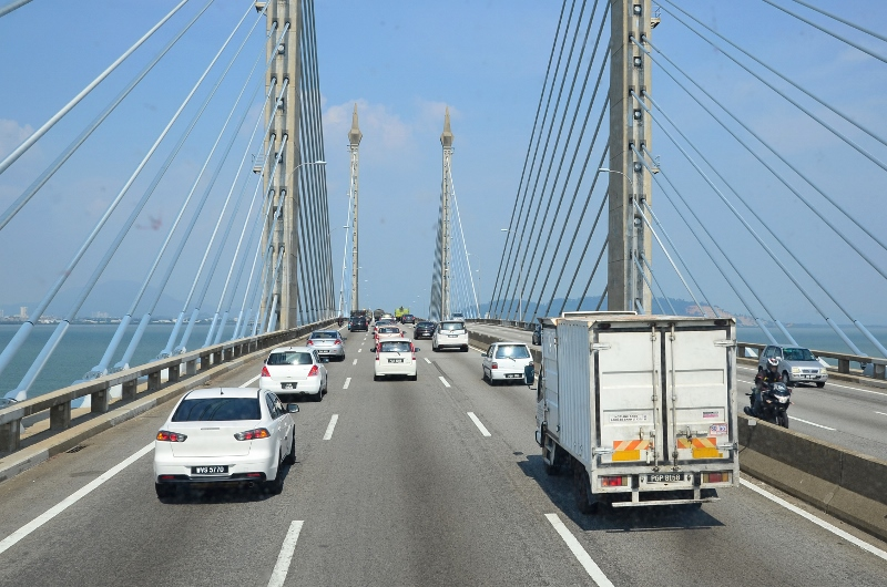 Lämnar Penang på den 13,5 km långa och 102 meter höga Penang Bridge i Malaysia.