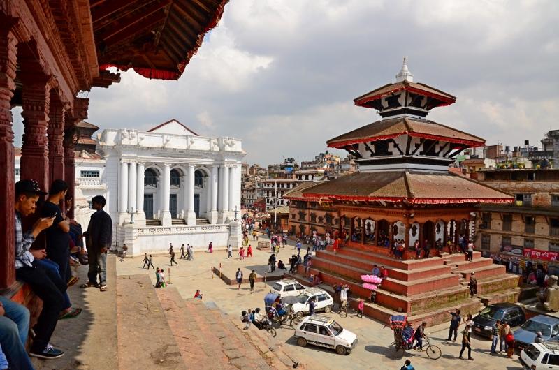 Durbar Square, Kathmandu, Nepal. Båda dessa torn rasade sedan i jordbävningen.