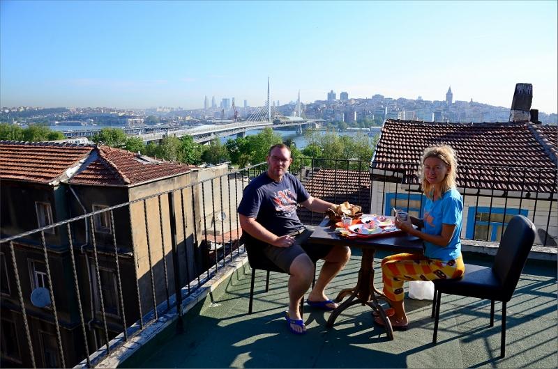 Frukost på hotellets tak första morgonen i Istanbul. Golden Horn och Ataturk Bridge i bakgrunden.