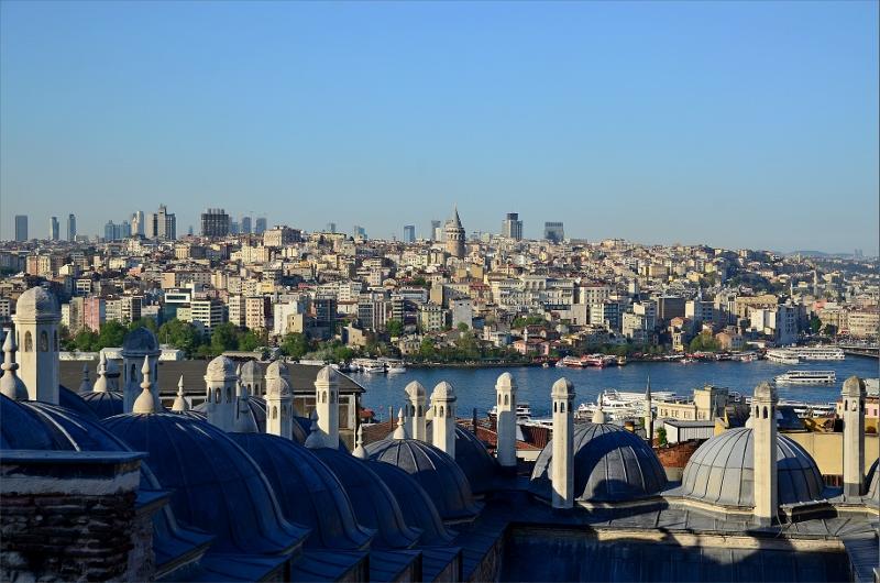 Golden Horn och Istanbuls yngre europeiska stadsdel. Mitt i bild syns det 67 meter höga Galata Tower byggt på 1300-talet. Vy från Suleymaniye Mosque.