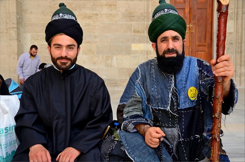 Två religiösa män vid Fatih Mosque.