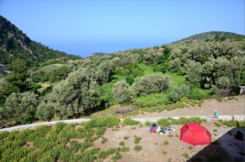 Camping ovanför infarten till byn Kirme.