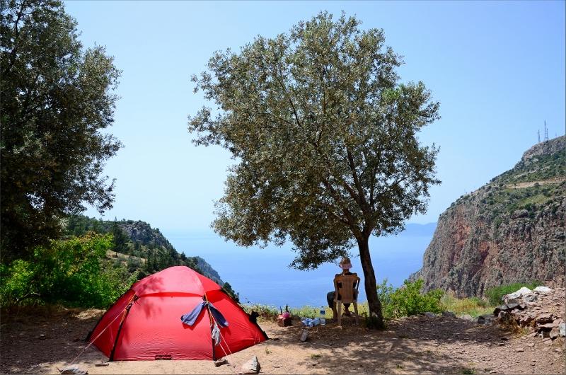 Vårt tält och Olya under ett olivträd på George House Pension i Faralya.