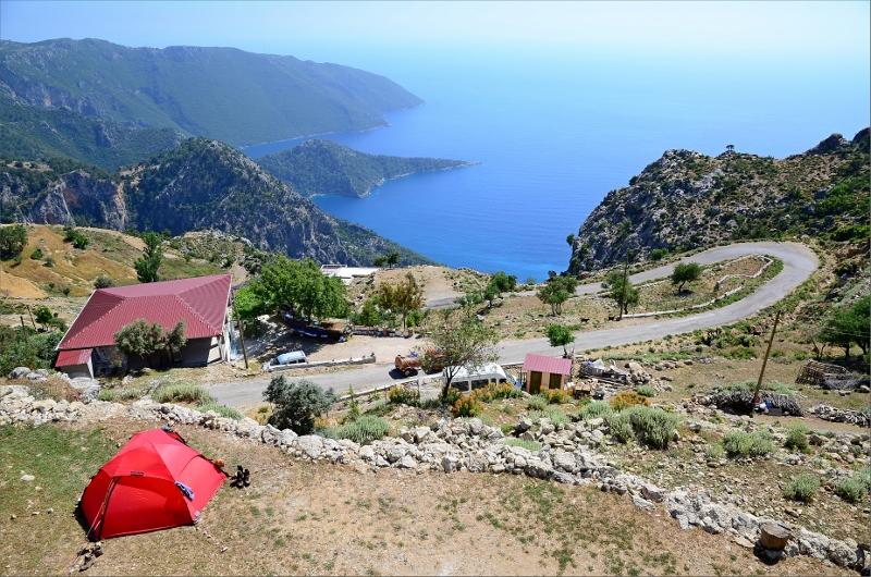 Vårt tält i Alinca på Bayram's Place med vy över Yedi Burun / Seven Headlands.