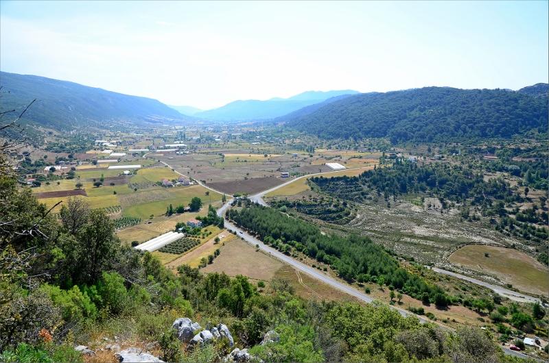 Vy från snåret över dalen med Saribelen uppe till höger.