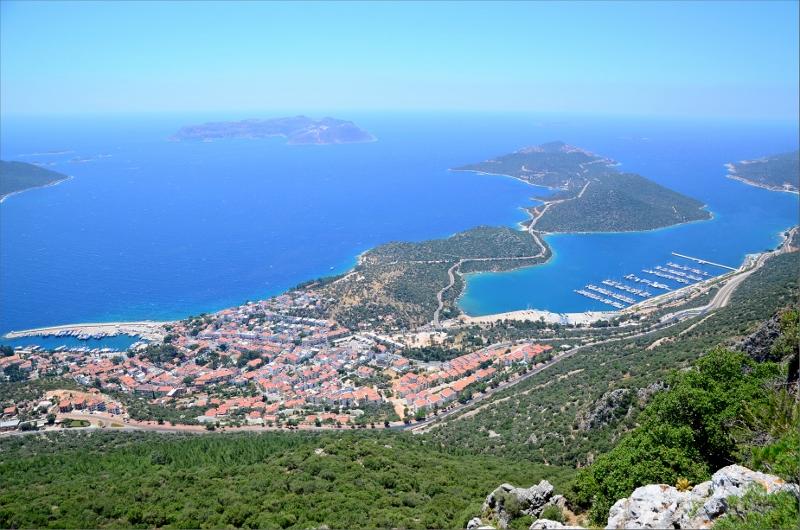 Kas och några av buktens halvöar samt Kastellorizo ön lite till vänster om mitten det är en grekisk ö.