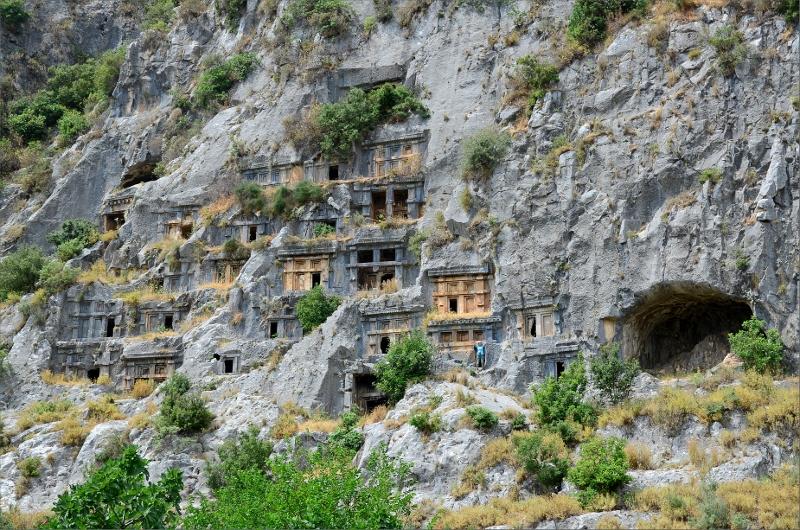 Ruinerna vid Myra. Det här är baksidan av berget som inte lockar några turister mer än oss. Det är Olya i blå t-shirt.