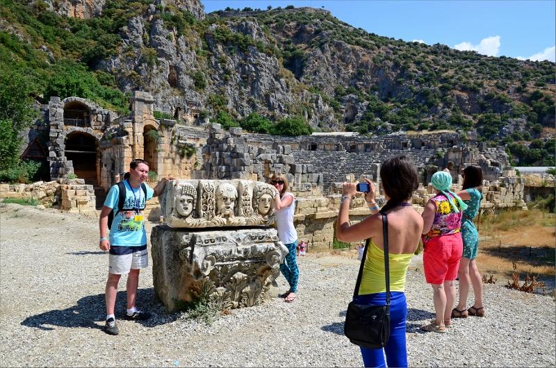 Ryska turister vid Myra's ruiner. Teatern i bakgrunden.