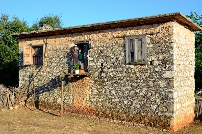 Familj i Belören tittar ut för att hälsa när vi passerar. Stabil balkong.