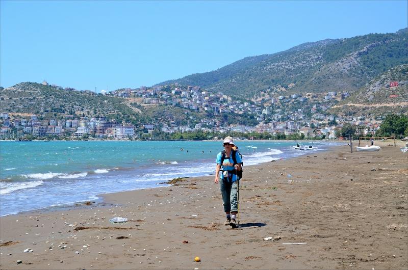 Början av stranden med Finike i bakgrunden.