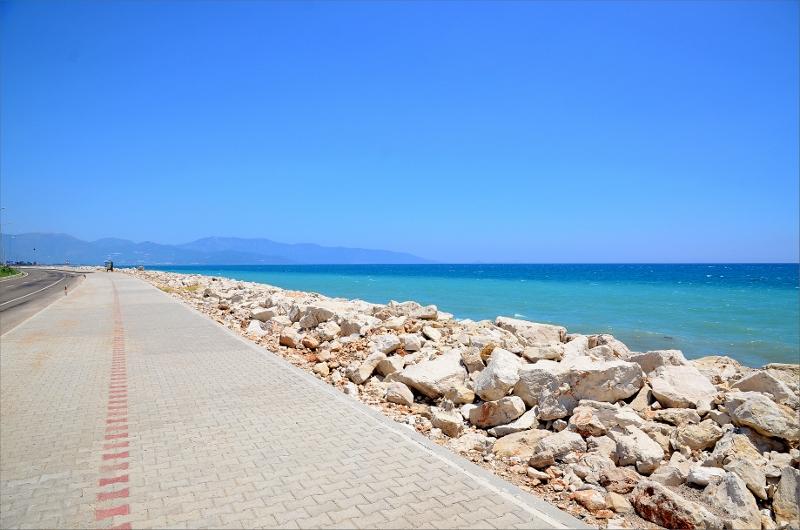 Fick gå en bit trottoar när vågorna slog ända upp till stenarna som vägen är byggd på.