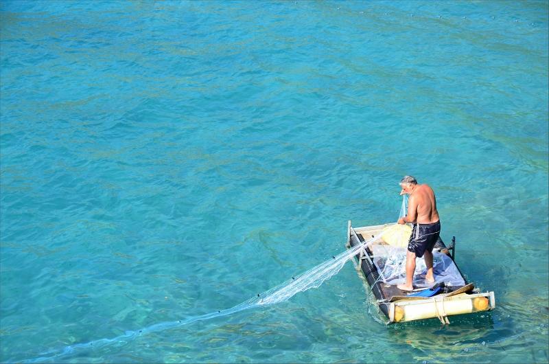 Fiskare på hemmagjord flotte.