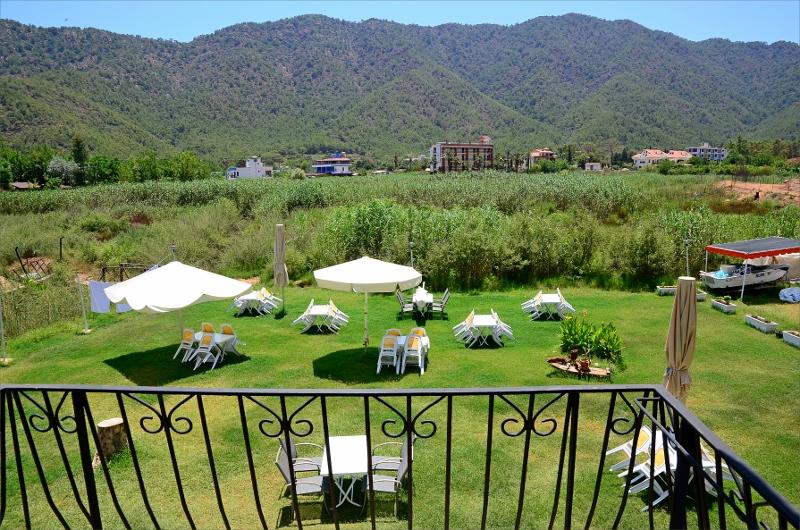 Vy från vår balkong över trädgården på Konak Motel i Adrasan.