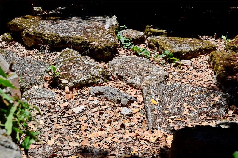Olympos ruiner. Väggar med mosaik har rasat ner på marken.