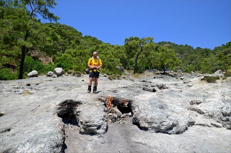 Jag vid eldarna i Chimaera's ständigt brinnande gaslågor genom sprickor i marken.