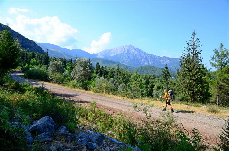 På väg mot Beycik med Mount Olympos 2366 meter i bakgrunden.