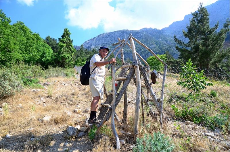 Pavl från Ryssland på väg in på privat område där leden gjorde en sväng förbi ett teahouse och en vattenkälla.