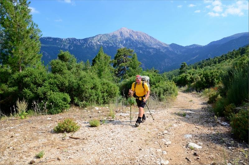 Lätt vandring mellan Yayla Kuzdere och Gedelme. Mount Olympos 2366 meter i bakgrunden.