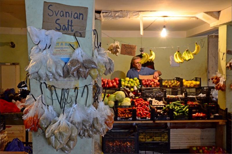 Mestia grönsaksbutik med Svanian Salt som är smaksatt med olika kryddor.