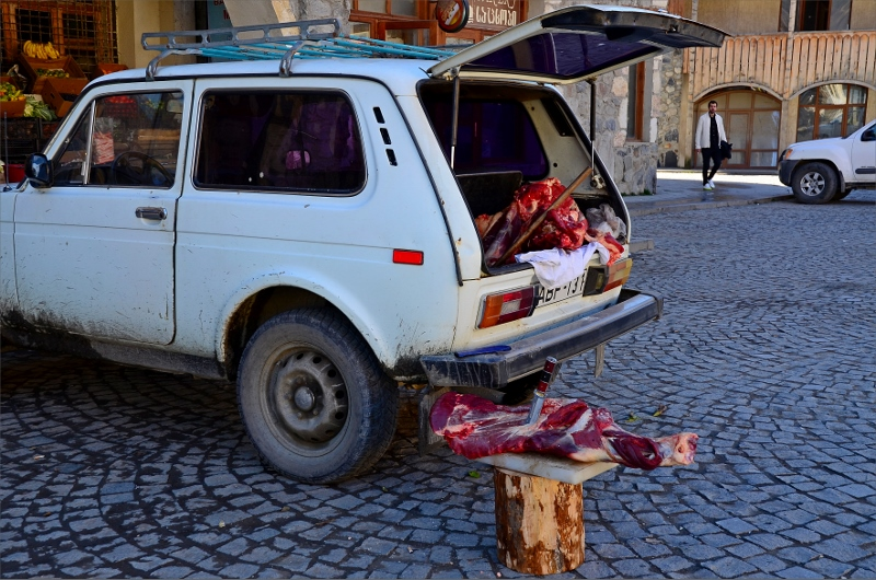Köttförsäljningen i Mestia sker på gatan från bagageluckan av bilar några gånger i veckan.