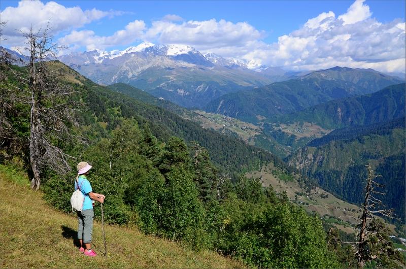 Vy mot Tetnuldi 4858 meter från baksidan av Hatsvali Ski Area.