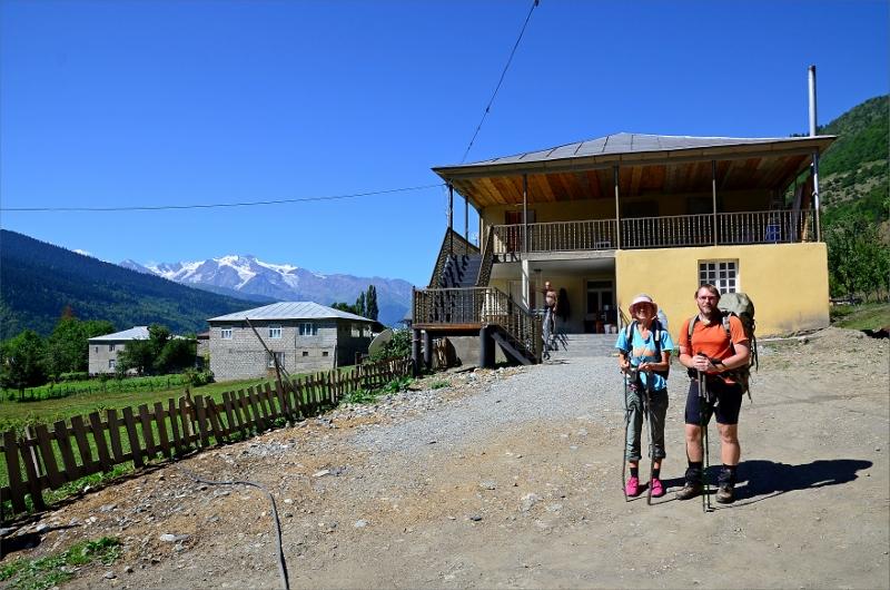 Vi startar vandringen från vårt boende i Mestia. Svanetian Range i bakgrunden.