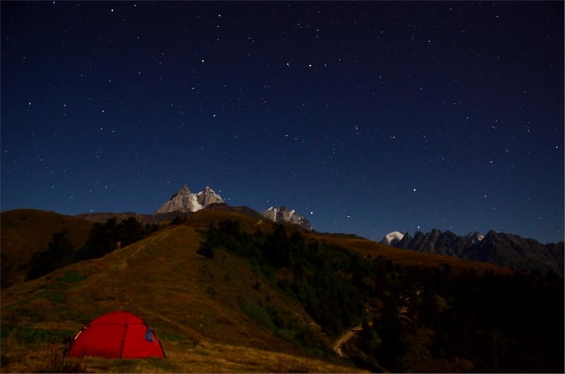 Nattbild över vår tältplats vid järnkorset och Ushba 4710 meter.