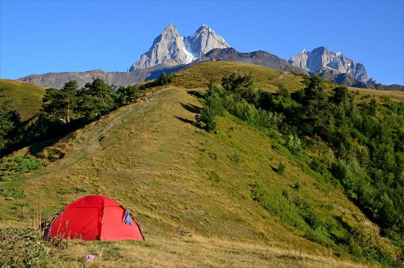 Camping vid järnkorset med vy över toppen av Ushba 4710 meter.