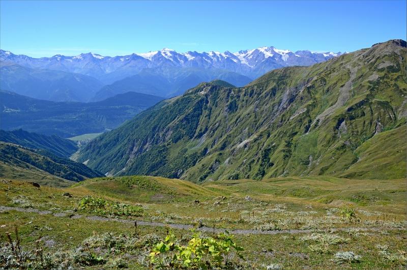 Vy söderut mot Svanetian Range. Den här dalen mynnar ut strax väster om Mestia nära vårt boende.
