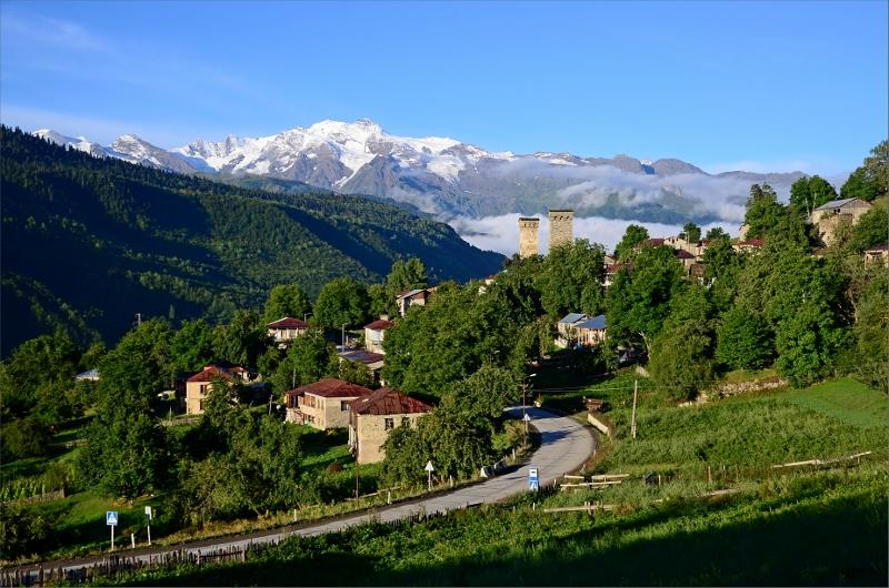 Tidig morgon i en grannby till Mestia med Svanetian Range i bakgrunden. Ungefär samma vy som från vårt sovrumsfönster.