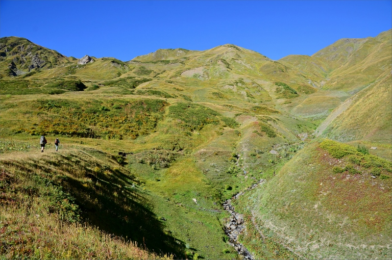 På väg upp mot Guli Pass. Passet ligger i lägsta klykan till vänster sen följer man kammen till högsta punkten lite till höger om mitten.