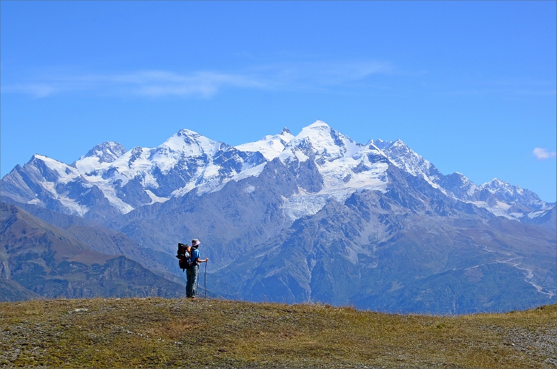 Olya på kammen vid Guli Pass med Tetnuldi 4858 meter i bakgrunden.