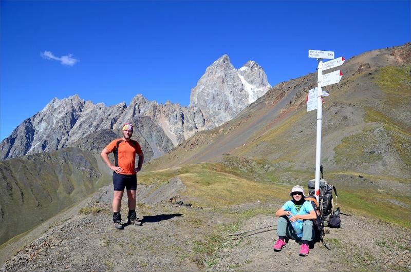 Paus på kammen vid Guli Pass. Höjd 2960 meter. Mt Ushba 4710 meter i bakgrunden.