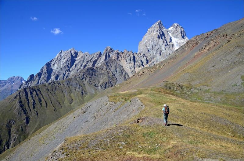 Har precis påbörjat nedstigningen från Guli Pass med vyer över Mt Ushba.